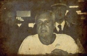 Il boss mafioso Vincenzo Triassi all'aeroporto Fiumicino scortato dall'Interpol, 27 agosto 2013. Triassi, catturato a Malaga Ë stato estradato ed Ë arrivato nel pomeriggio da Madrid con un aereo di linea dell'Alitalia (AZ 61). ANSA/TELENEWS